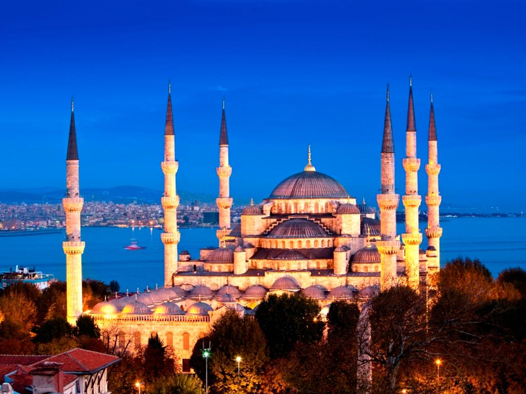 Турецкие текстиль и ковры знамениты на весь мир и нередко на Гранд Базар приезжают именно за этим товаром, поэтому тут представлены практически все турецкие фабрики.