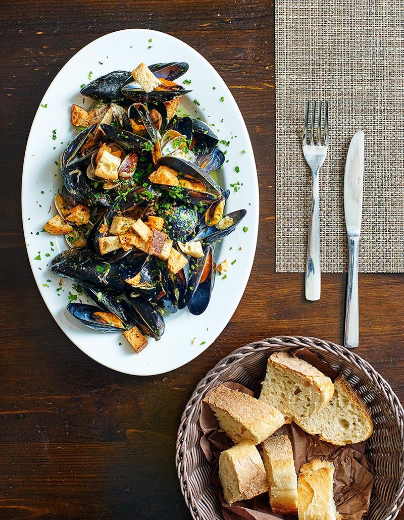 Мидии, приготовленные на пару, с чесноком и зеленью — традиционный обед жителей Неаполя
