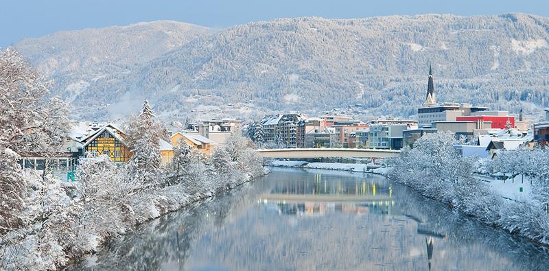Winterlandschaft mit Blick auf Villach und die Drau. Dezember 2010.