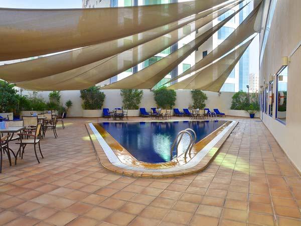 Swiss-Belhotel Sharjah бассейн